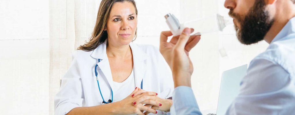 Patient qui utilise un inhalateur avec un chambre de retenu valvée